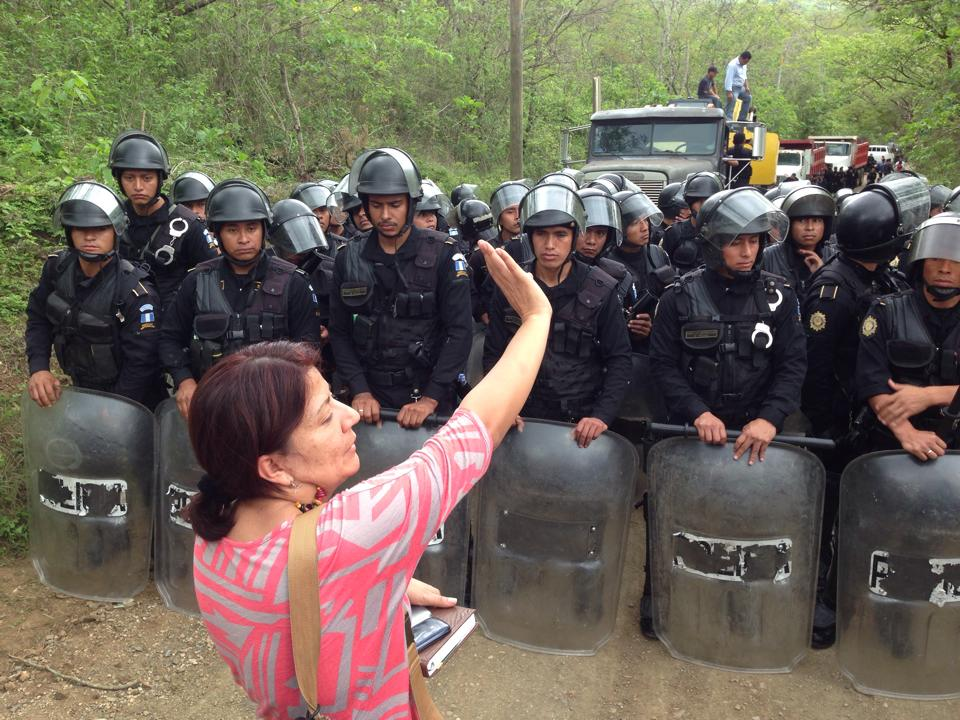 Community leader Yolanda Oqueli urges the riot police not to use violence against the men, women, and children of La Puya. Photo via GHRC